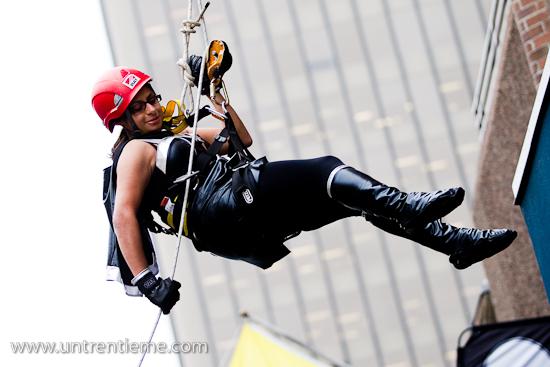 Parminder Dhami effectuant sa descente, Zone de Chute 2010, Rue Sparks, Ottawa, Septembre 2010 (© Sébastien Lavallée, 2010)