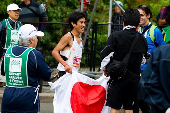 Au fil d'arrivée du Marathon d'Ottawa 2010, 30 mai 2010, Ottawa (© Sébastien Lavallée, 2010)