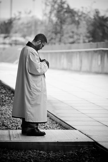 Homme en imperméable surveillant une entrée sous la pluie, Centre Sportif de Gatineau, Ouverture officielle, 12 juin 2010, Gatineau (© Sébastien Lavallée, 2010)