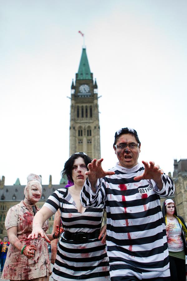 OTTAWA (27 octobre 2012) - L\'édition 2012 de la traditionnelle Zombie Walk. Les «morts-vivants» parcourent les rues d\'Ottawa jusqu\'à la colline parlementaire. (© Sébastien Lavallée)