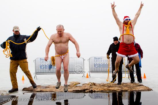 «Speedo« Steeve et Mike donnent le coup d'envoi de l'édition 2011, Sears Great Canadian Chill, Plage Britannia, Ottawa, Ontario (© Sébastien Lavallée, 2011)
