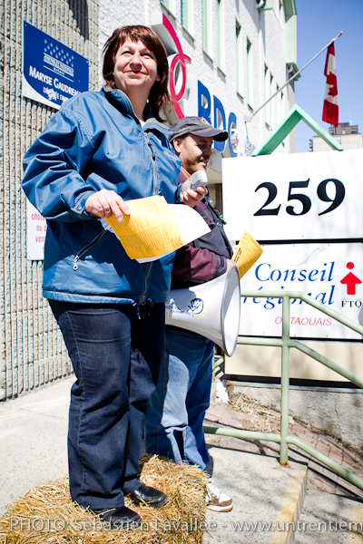 La présidente du CRIO, Louise Guindon. Manifestation en appui au CRIO devant les bureaux de la député de Hull Maryse Gaudreault, 15 avril 2011, Gatineau (© Sébastien Lavallée, 2011)