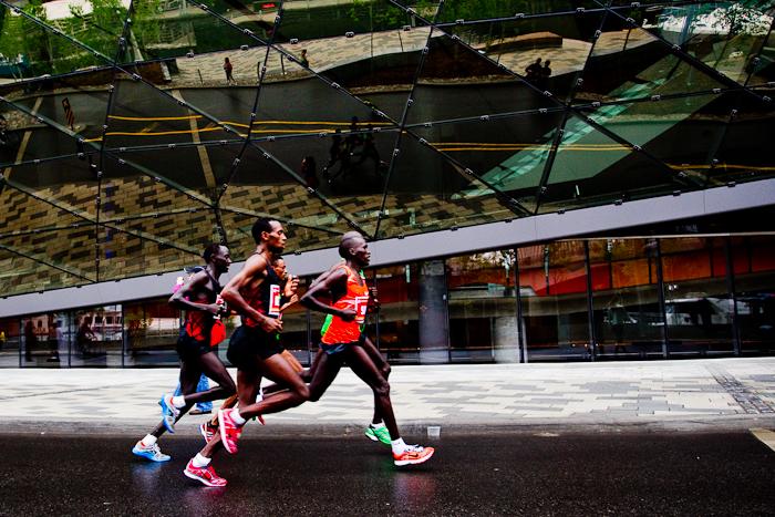 Le peloton de tête devant le Centre des congrès. Marathon d'Ottawa, 29 mai 2011, Ottawa (© Sébastien Lavallée, 2011)