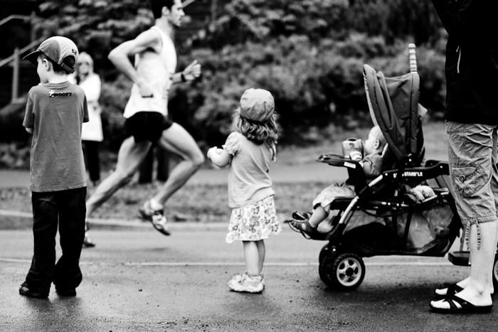 Des enfants, avec leur mère, attendent le passage de leur père. Marathon d'Ottawa, 29 mai 2011, Ottawa (© Sébastien Lavallée, 2011)