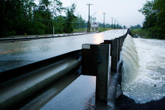 Le chemin Pink fermé puisque une courte partie se retrouve maintenant sous les eaux. Gatineau - Secteur Hull (Le Plateau), 24 juin 2011. (© Sébastien Lavallée, 2011)
