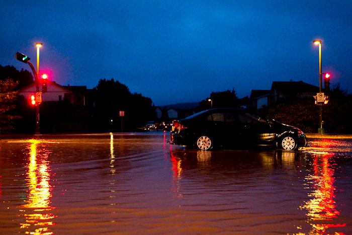 Une voiture refuse de démarrer après un passage en eaux plus profondes. Le boulevard du Plateau, près de la rue de l'Atmosphère. Gatineau - Secteur Hull (Le Plateau), 24 juin 2011. (© Sébastien Lavallée, 2011)