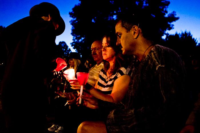 Les parents de Valérie allument leurs chandelles. Marche aux flambeaux à la mémoire de Valérie Leblanc, 9 septembre 2011, Cégep de l'Outaouais (© Sébastien Lavallée)