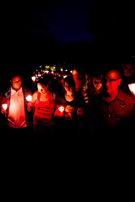 La famille ouvre la marche. Marche aux flambeaux à la mémoire de Valérie Leblanc, 9 septembre 2011, Cégep de l'Outaouais (© Sébastien Lavallée)
