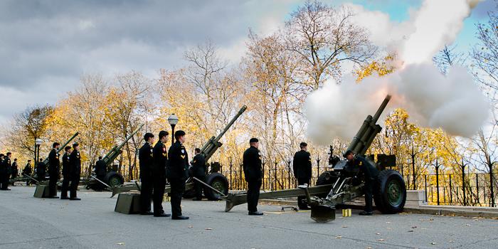 Vingt et un coups de canon ont été tirés pour honorer les soldats morts au combat. Jour du souvenir 2011, Ottawa, 11 novembre 2011 (© Sébastien Lavallée)