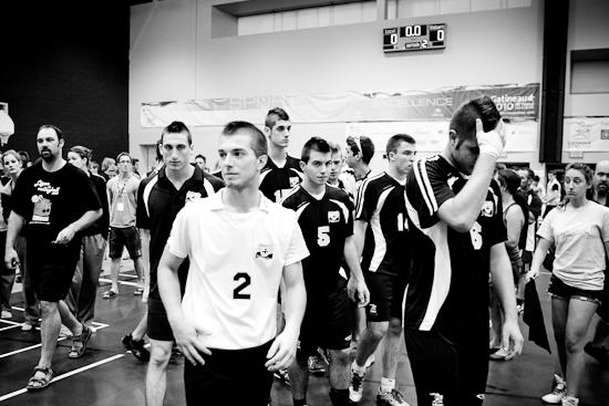 Déception après le match, L'équipe de volleyball masculin de l'Outaouais, Jeux du Québec 2010, Centre sportif, Gatineau, Août 2010 (© Sébastien Lavallée - Infocale, 2010)