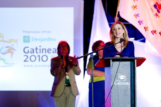 Joannie Rochette et son iPhone, Cérémonies de clôture, Jeux du Québec 2010, Lac Leamy, Gatineau, Août 2010 (© Sébastien Lavallée - Infocale, 2010)