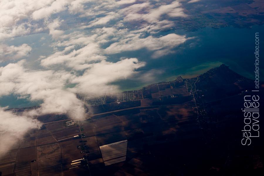 Vol vers Halifax: vue du hublot de l'avion. Convention PPOC, Halifax, 2012 (© Sébastien Lavallée)