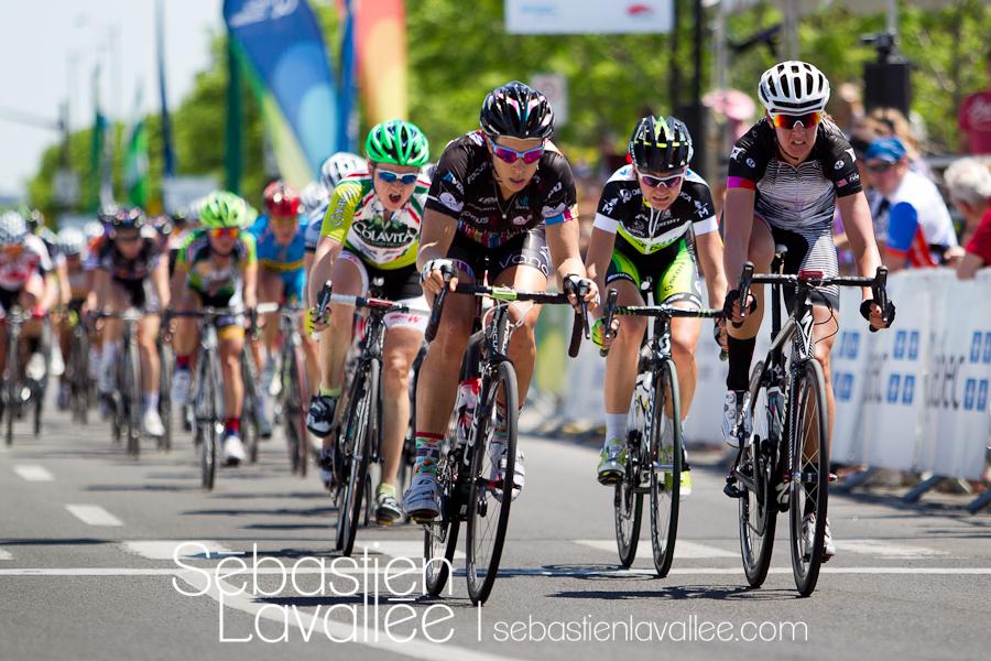 GATINEAU, 21 mai 2012 - Chaude lutte au passage devant les spectateurs avec trois tours à faire. Grand Prix cycliste de Gatineau 2012. (© Sébastien Lavallée)