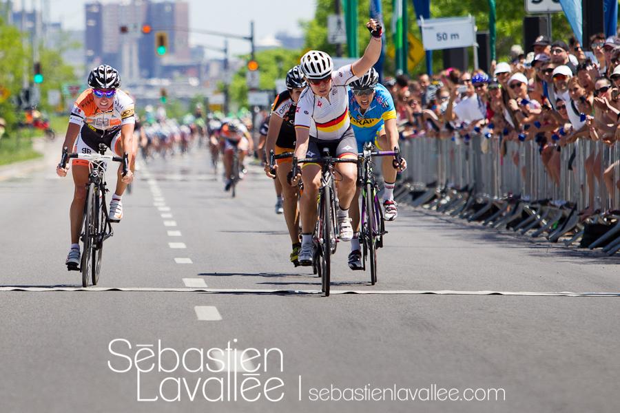 GATINEAU, 21 mai 2012 - À l'arrivée: Ina-Yoko Teutenberg, Rochelle Gilmore et Alona Andruk. Grand Prix cycliste de Gatineau 2012. (© Sébastien Lavallée)
