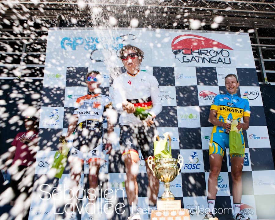 GATINEAU, 21 mai 2012 - Ina-Yoko Teutenberg, Rochelle Gilmore et Alona Andruk célèbrent la victoire. Grand Prix cycliste de Gatineau 2012. (© Sébastien Lavallée)