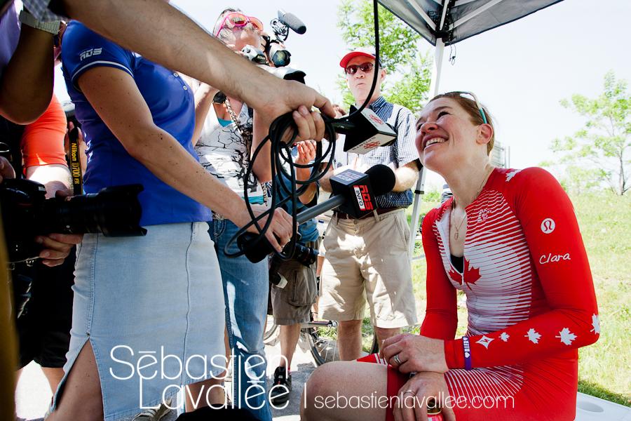 GATINEAU, 19 mai 2012. Clara Hughes répond aux questions des journalistes. Grand Prix cycliste de Gatineau, 2012. Chrono. (© Sébastien Lavallée)