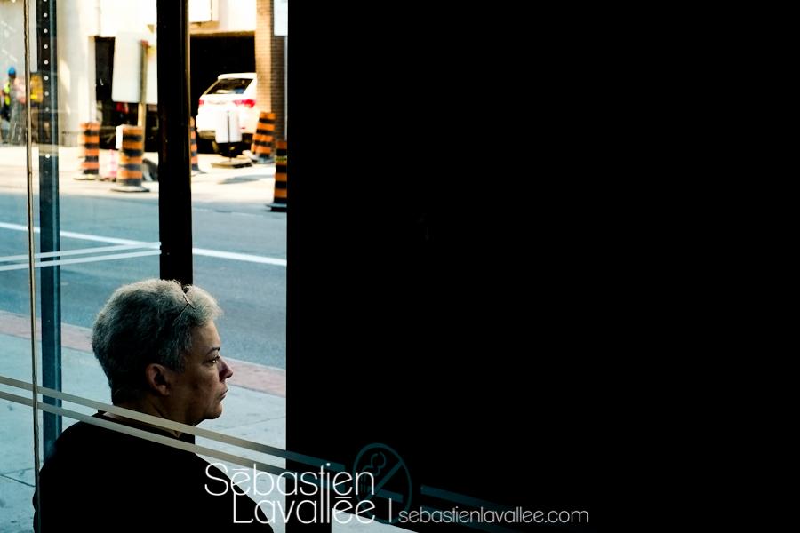 Un dame attend l'autobus, Ottawa, juillet 2012, Test Fuji X-Pro1 (© Sébastien Lavallée)
