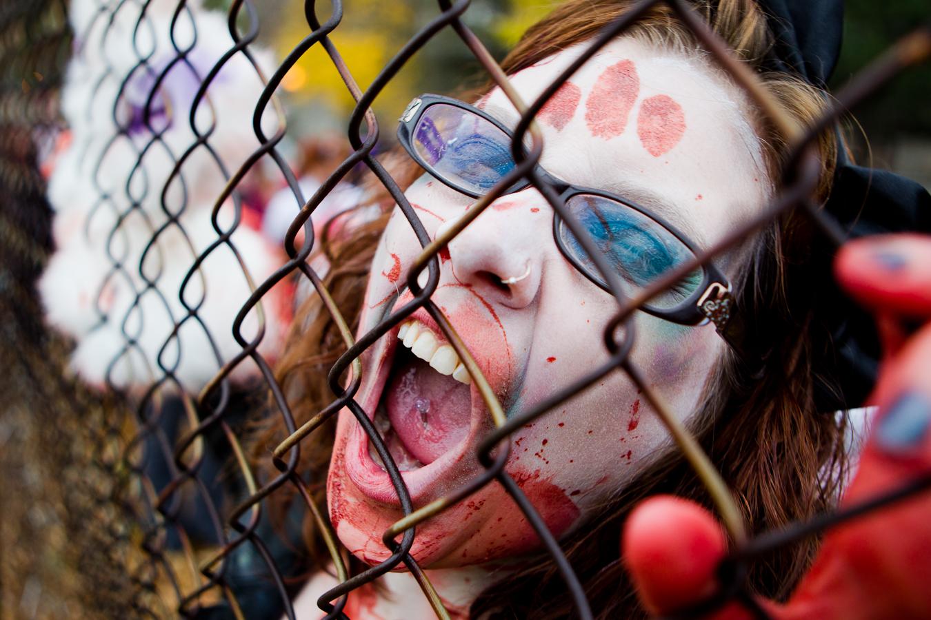 OTTAWA (27 octobre 2012) - L'édition 2012 de la traditionnelle Zombie Walk. Les «morts-vivants» parcourent les rues d'Ottawa jusqu'à la colline parlementaire. (© Sébastien Lavallée)