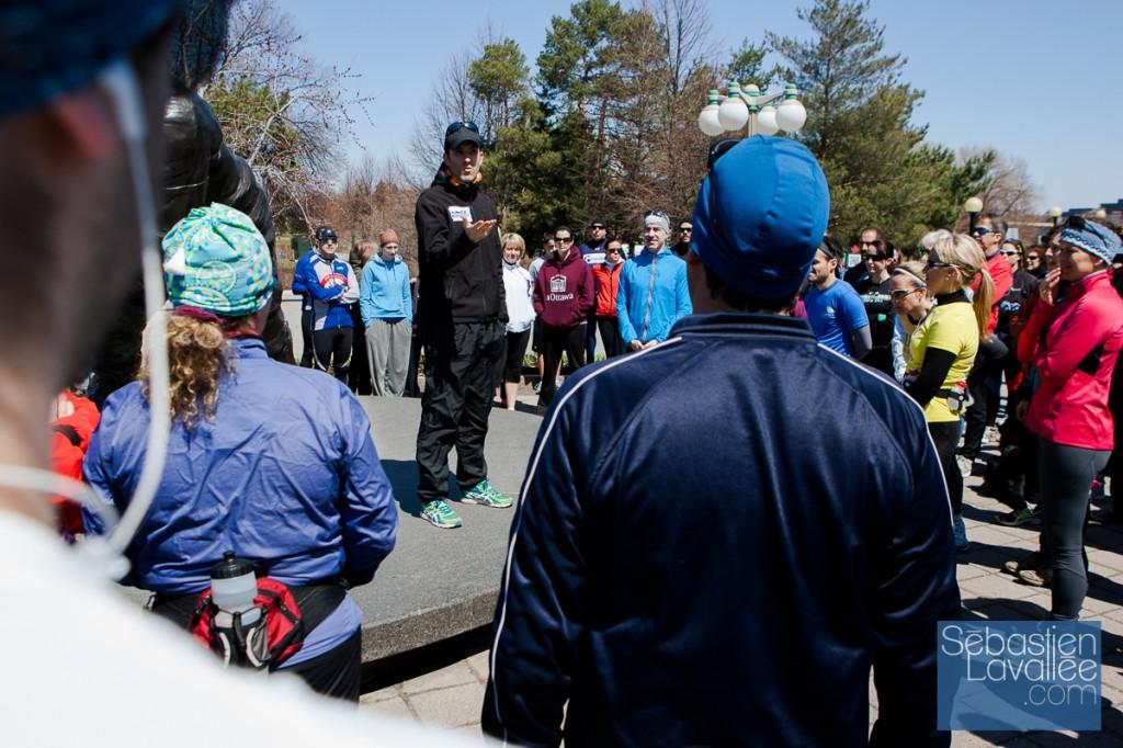 Jean-Philippe Morency, organisateur de la course, explique le déroulement de l'événement. Course commémorative des attentats du marathon de Boston. Gatineau, 21 avril 2013. (© Sébastien Lavallée)