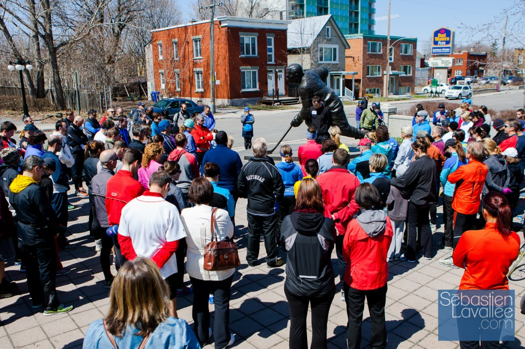 Quelques instants de silence avant le départ. Course commémorative des attentats du marathon de Boston. Gatineau, 21 avril 2013. (© Sébastien Lavallée)