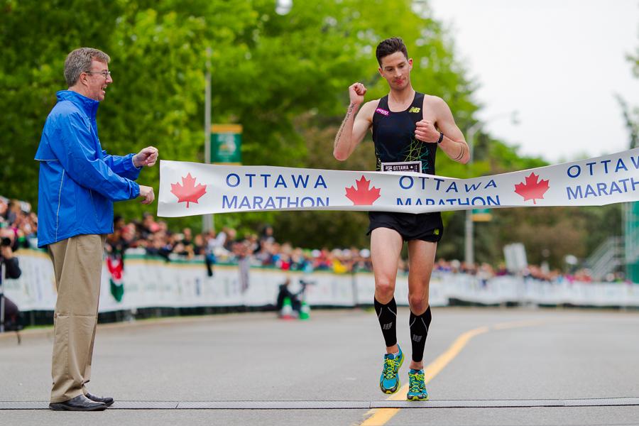 OTTAWA (26 mai 2013) - Rob Watson, premier canadien a franchir la ligne d'arrivée du marathon (en dixième place).