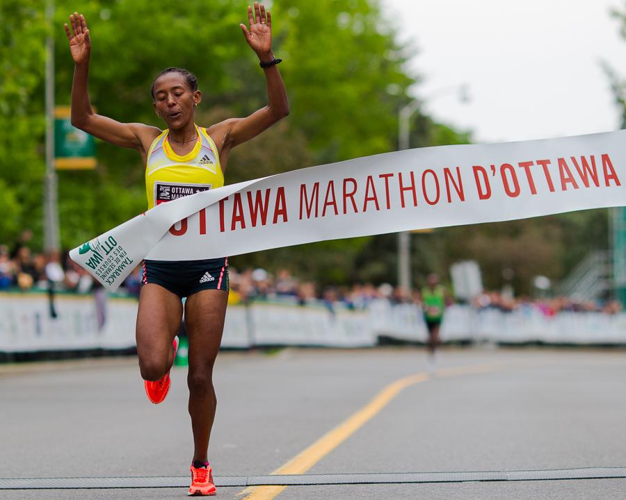 OTTAWA (26 mai 2013) - Yeshi Esayias (Éthiopie), première position chez les femmes au 42km.