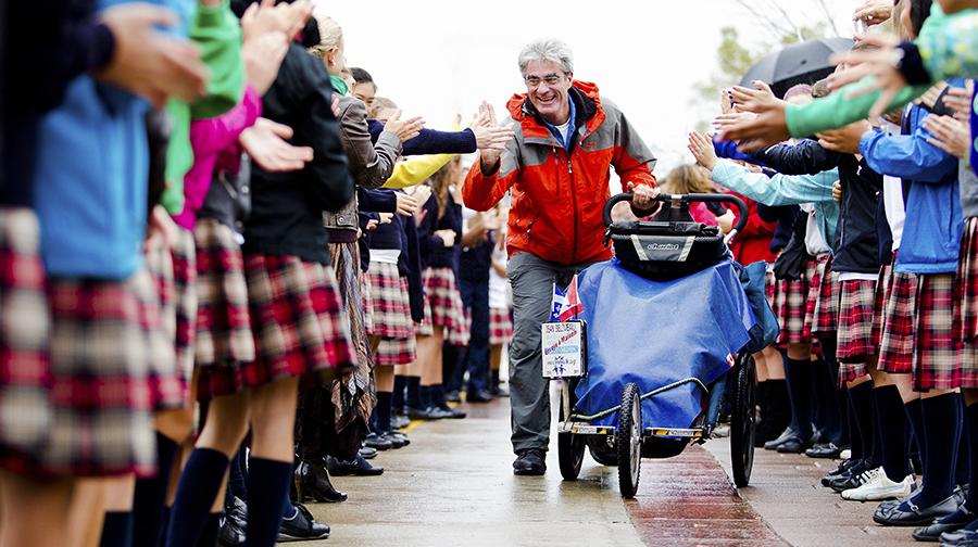 Jean Béliveau arrive à Gatineau après son tour du monde à pieds. © Sébastien Lavallée