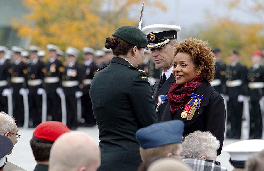 OTTAWA, 29 septembre 2010 - La gouverneure générale Michaëlle Jean lors d'un hommage rendu par les Forces canadiennes, en compagnie du ministre de la Défense Peter MacKay et du général Walt Natyncyk, afin de souligner la fin de son mandat.
