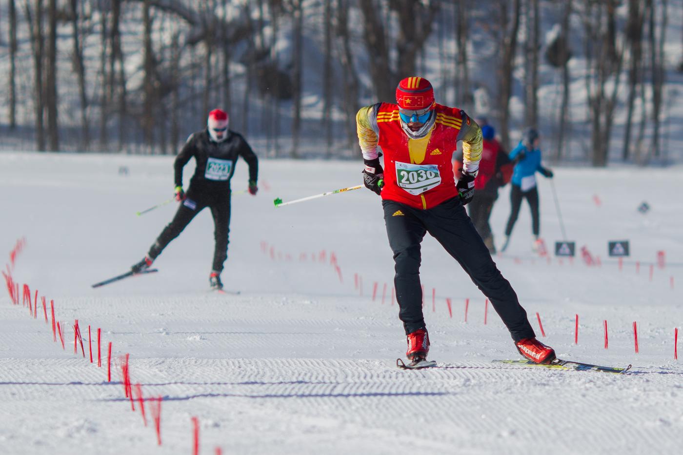 Welong Xu devant Nicholas Pigeon au dernier droit du 22.5 km style libre. Gatineau Loppet 2015 (© Sébastien Lavallée)