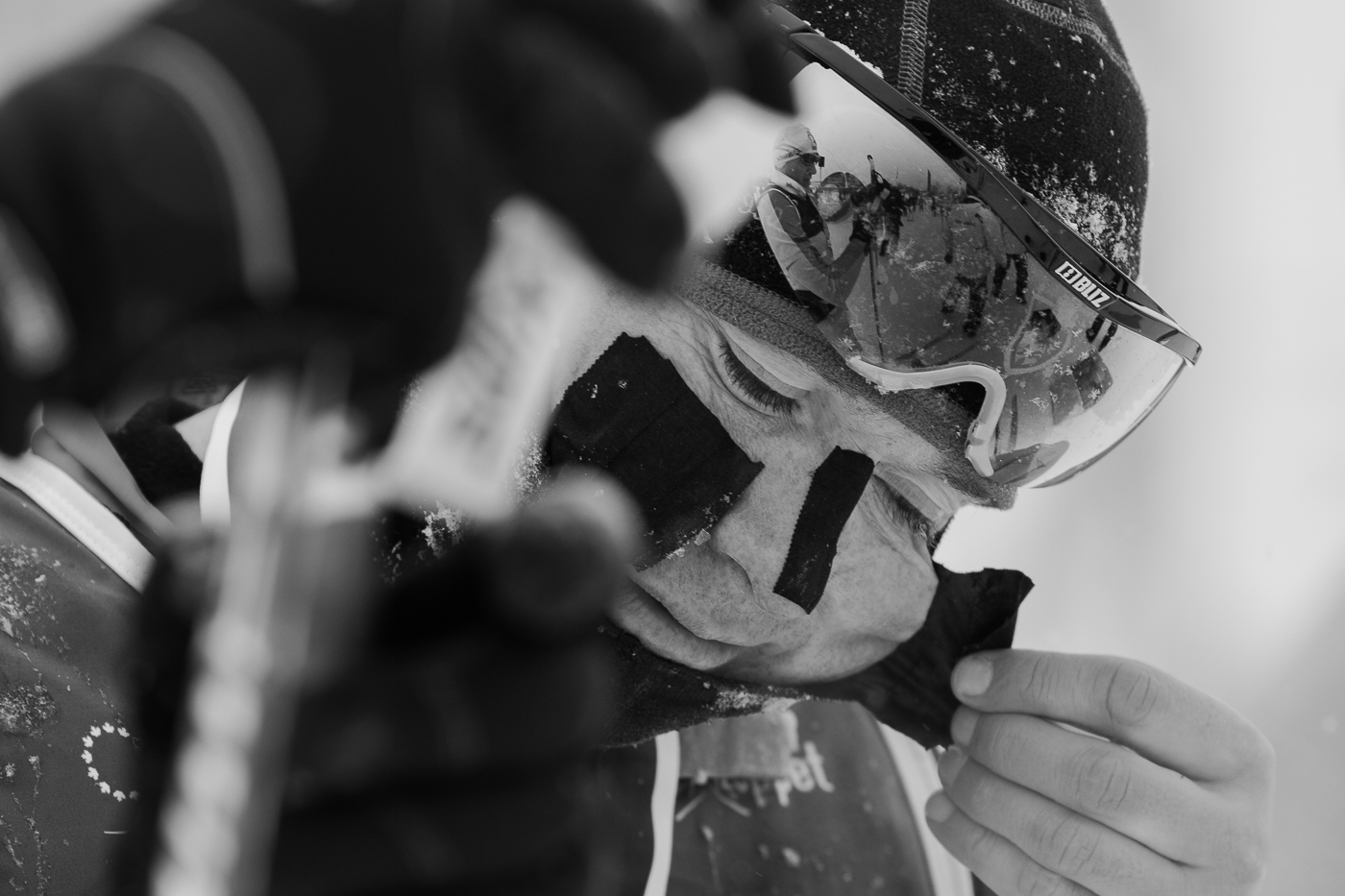 Ian Murray retire l'adhésif sur son visage après la course. Gatineau Loppet 2015 (© Sébastien Lavallée)