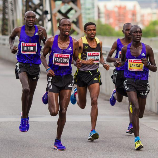 OTTAWA (24 mai 2015) - Le peloton de tête à mi-parcours du marathon d'Ottawa chez les hommes.