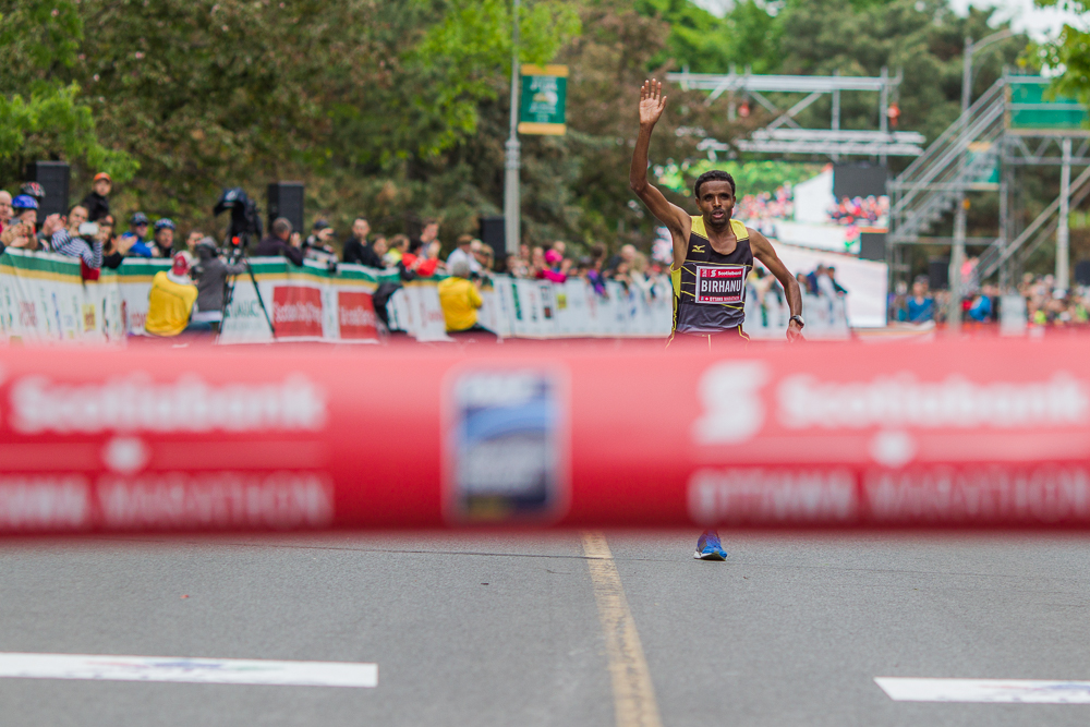 OTTAWA (24 mai 2015) - Girmay Birhanu termine le marathon premier chez les hommes avec un temps de 2:08:14.