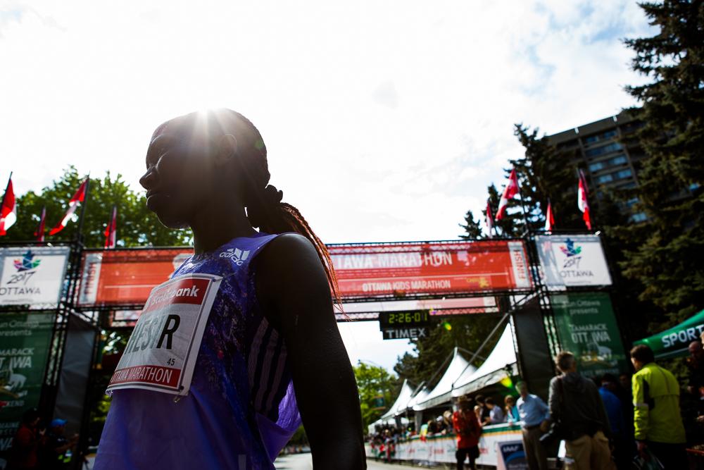 OTTAWA (24 mai 2015) - Rebecca Chesir termine le marathon deuxième chez les femmes avec un temps de 2:25:41.
