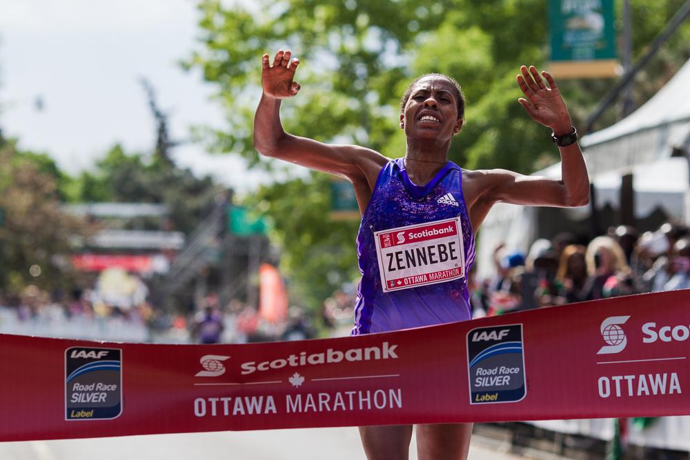 OTTAWA (24 mai 2015) - Aberu Zennebe termine le marathon première chez les femmes avec un temps de 2:25:30.