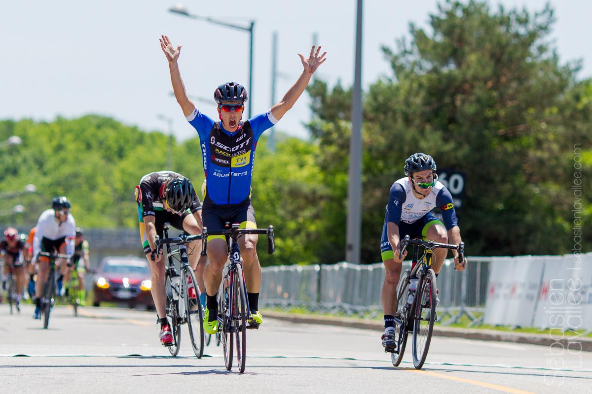GATINEAU (6 juin 2015) - Grand Prix Cycliste de Gatineau Masculin. À l'arrivée. Sébastien Cossette devant Stephen Keeping et Jean-Sébastien Perron à quelques mètres du fil d'arrivée.