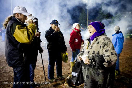 Madame Thérèse Masson (à droite) discute avec d'autres participants à la Nuit des sans-abri au parc Sainte-Bernadette, Gatineau (Hull) (© Sébastien Lavallée, 2010)